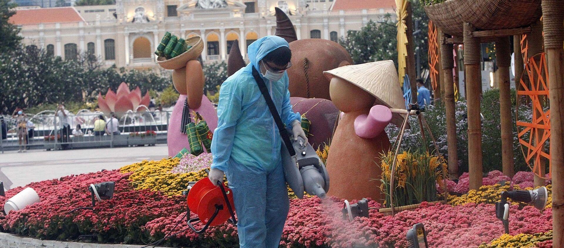 Nhân viên y tế dự phòng phun khử khuẩn tại khu vực Đường Hoa xuân năm 2021, chiều 30 Tết. - Sputnik Việt Nam, 1920, 11.02.2021