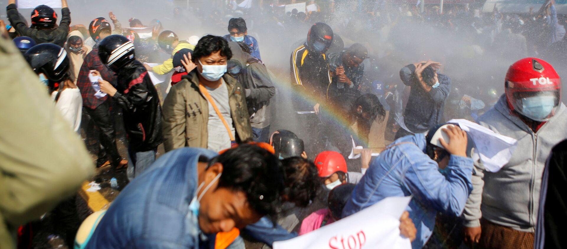 Cảnh sát bắn vòi rồng vào người biểu tình phản đối đảo chính quân sự ở Naypyidaw, Myanmar - Sputnik Việt Nam, 1920, 11.02.2021