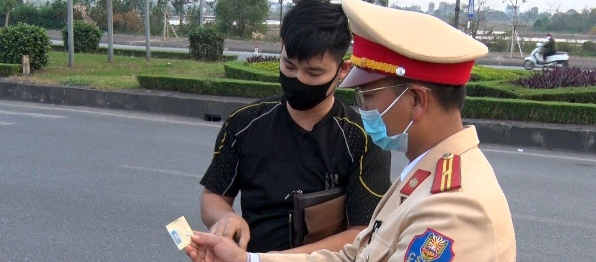 Lực lượng Cảnh sát giao thông Công an tỉnh Nam Định dừng xe kiểm tra giấy tờ các phương tiện trên Đại lộ Thiên Trường. - Sputnik Việt Nam, 1920, 05.04.2021