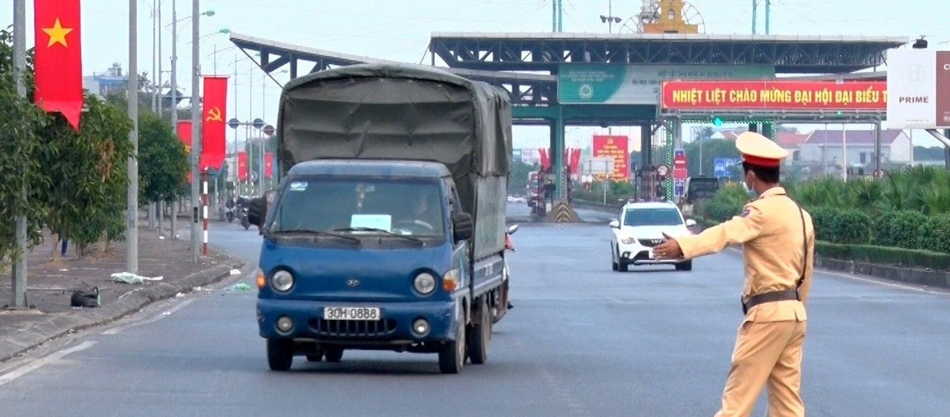Lực lượng Cảnh sát giao thông Công an tỉnh Nam Định dừng xe kiểm tra các phương tiện trên Đại lộ Thiên Trường. - Sputnik Việt Nam, 1920, 02.04.2021