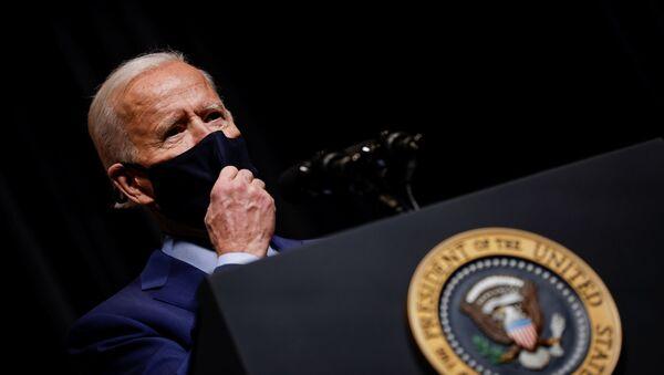 Tổng thống Hoa Kỳ Joe Biden tháo mặt nạ để nói chuyện với nhân viên NIH trong chuyến thăm NIH ở Bethesda, Maryland, Hoa Kỳ, ngày 11 tháng 2 năm 2021. - Sputnik Việt Nam