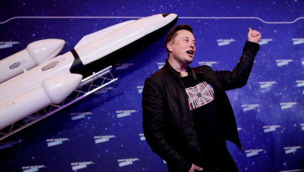 Chủ sở hữu SpaceX và CEO Tesla, Elon Musk, cử chỉ sau khi đến thảm đỏ cho giải thưởng Axel Springer, ở Berlin, Đức, ngày 1 tháng 12 năm 2020. - Sputnik Việt Nam