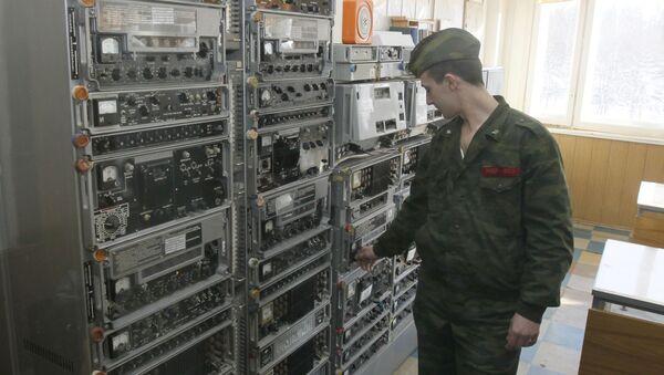 Một nhân viên của trung tâm liên lạc thuộc sở chỉ huy Hệ thống cảnh báo tấn công tên lửa của Lực lượng vũ trụ Nga điều khiển hoạt động của thiết bị - Sputnik Việt Nam
