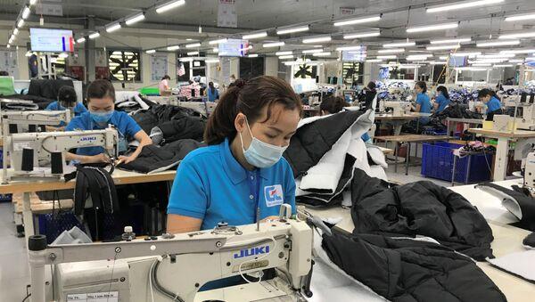 Dù đã gần Tết, nhưng công nhân nhà máy vẫn luôn đảm bảo sản xuất - Sputnik Việt Nam