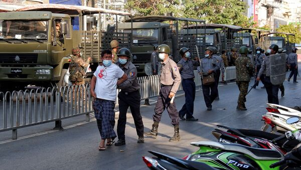 Cảnh sát bắt giữ một người đàn ông trong cuộc biểu tình chống đảo chính quân sự ở Mandalay, Myanmar. - Sputnik Việt Nam