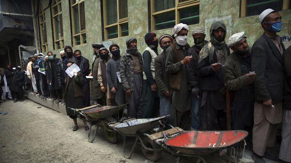 Công nhân xếp hàng nhận thực phẩm miễn phí ở Kabul, Afghanistan. - Sputnik Việt Nam