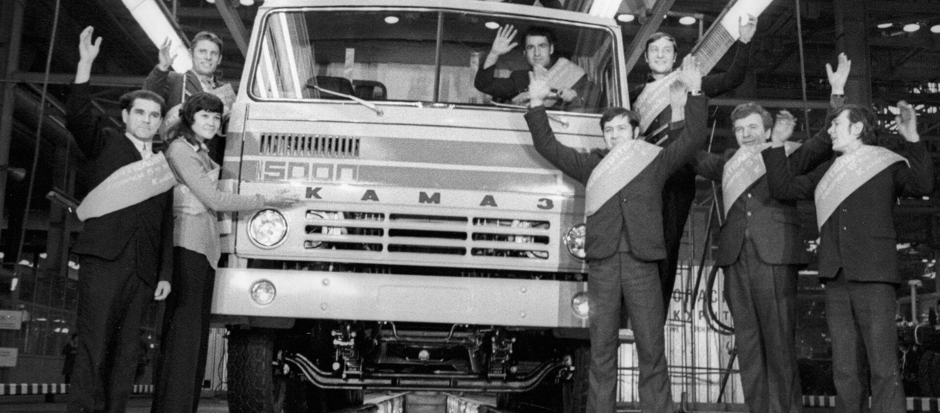 Chiếc xe KAMAZ thứ 5000 trên băng chuyền Nhà máy Sản xuất Xe tải KAMAZ, năm 1976 - Sputnik Việt Nam, 1920, 16.02.2021