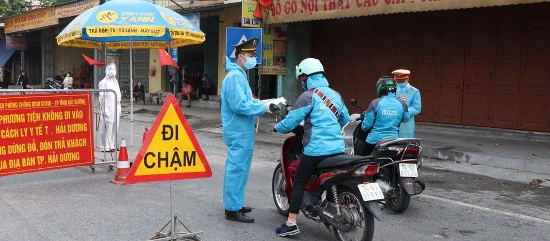 Chốt kiểm soát cấp tỉnh đặt ở ngã 3 chân cầu vượt Quán Gỏi, Hưng Thịnh, huyện Bình Giang. - Sputnik Việt Nam, 1920, 16.02.2021