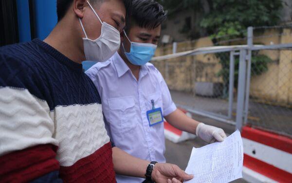 Người dân từ các địa phương về tới bến xe Giáp Bát đều thực hiện việc khai báo y tế . - Sputnik Việt Nam