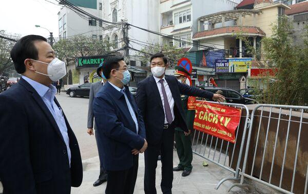 Bí thư Thành ủy Hà Nội kiểm tra công tác phòng, chống dịch COVID-19 trên địa bàn quận Tây Hồ - Sputnik Việt Nam