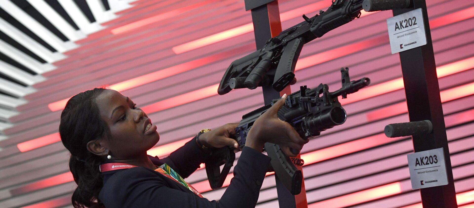 Khách tham quan SPIEF 2019 nghiên cứu súng trường tấn công AK203 Kalashnikov - Sputnik Việt Nam, 1920, 19.02.2021