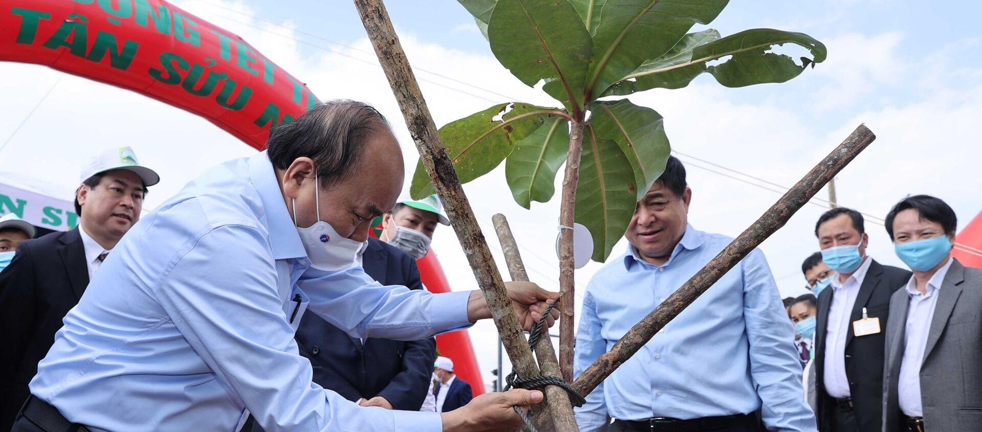 Thủ tướng Nguyễn Xuân Phúc tham gia trồng cây Xuân Tân Sửu năm 2021. - Sputnik Việt Nam, 1920, 20.02.2021