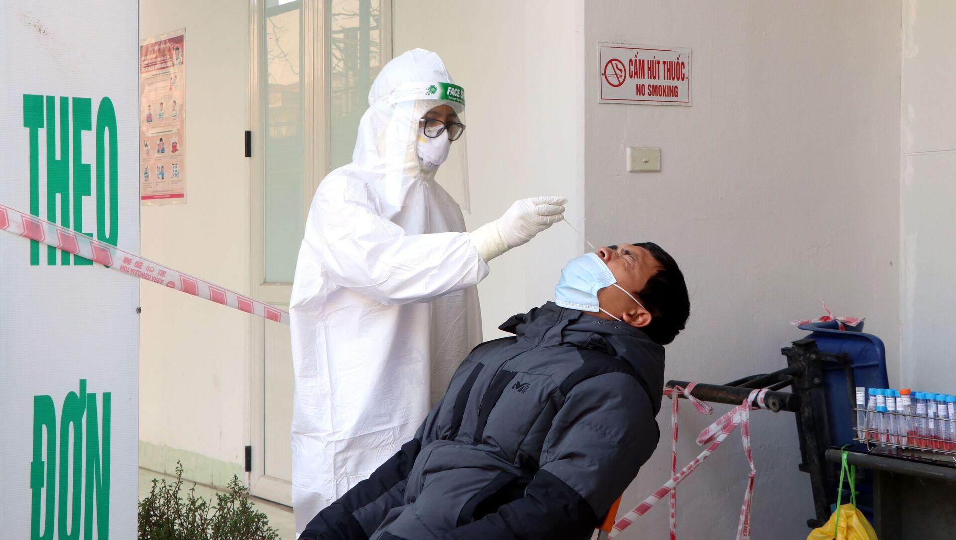 Lực lượng y tế lấy mẫu xét nghiệm SARS-CoV-2 cho các lái xe. - Sputnik Việt Nam, 1920, 07.03.2021