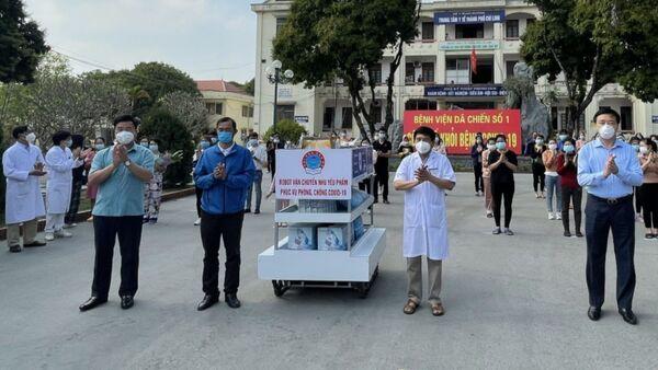 Lễ trao tặng robot vận chuyển nhu yếu phẩm do Trường Đại học Sao Đỏ chế tạo cho Bệnh viện dã chiến số 1.  - Sputnik Việt Nam