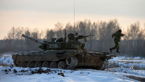 Các học viên của Trường Chỉ huy Quân sự Kazan trên xe tăng T-72 trong một cuộc tập trận - Sputnik Việt Nam