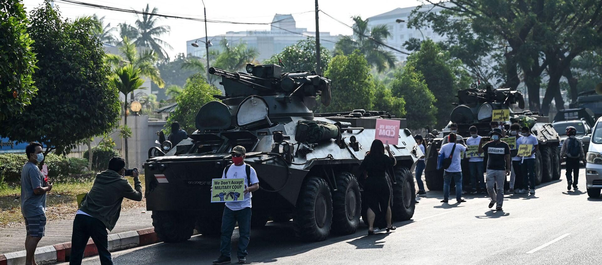 Người biểu tình tụ tập bên cạnh xe quân sự, Yangon ngày 15/2/2021 - Sputnik Việt Nam, 1920, 24.02.2021