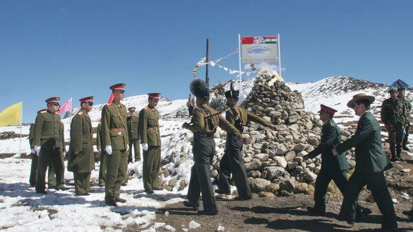 Một phái đoàn của Quân đội Ấn Độ, bên phải, diễu hành để gặp phái đoàn của quân đội Trung Quốc, bên trái, tại một cuộc họp Nhân sự biên giới (BPM) ở phía Trung Quốc về ranh giới kiểm soát thực tế tại Bumla, Biên giới Đông Dương, Thứ Hai, tháng 10 . 30 năm 2006 - Sputnik Việt Nam