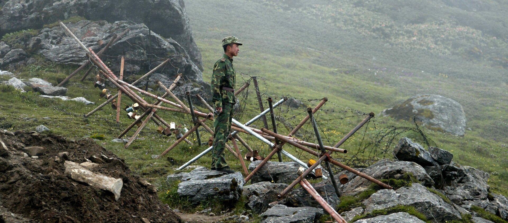 Người lính Trung Quốc đứng gác ở phía Trung Quốc của biên giới cổ Nathu La giữa Ấn Độ và Trung Quốc. (Tập tin) - Sputnik Việt Nam, 1920, 24.02.2021
