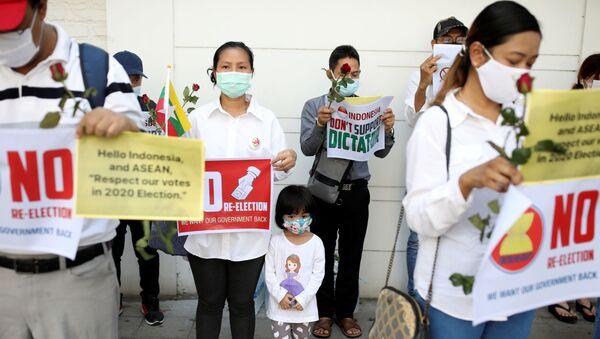 Công dân Myanmar trong cuộc biểu tình ở Bangkok, Thái Lan - Sputnik Việt Nam