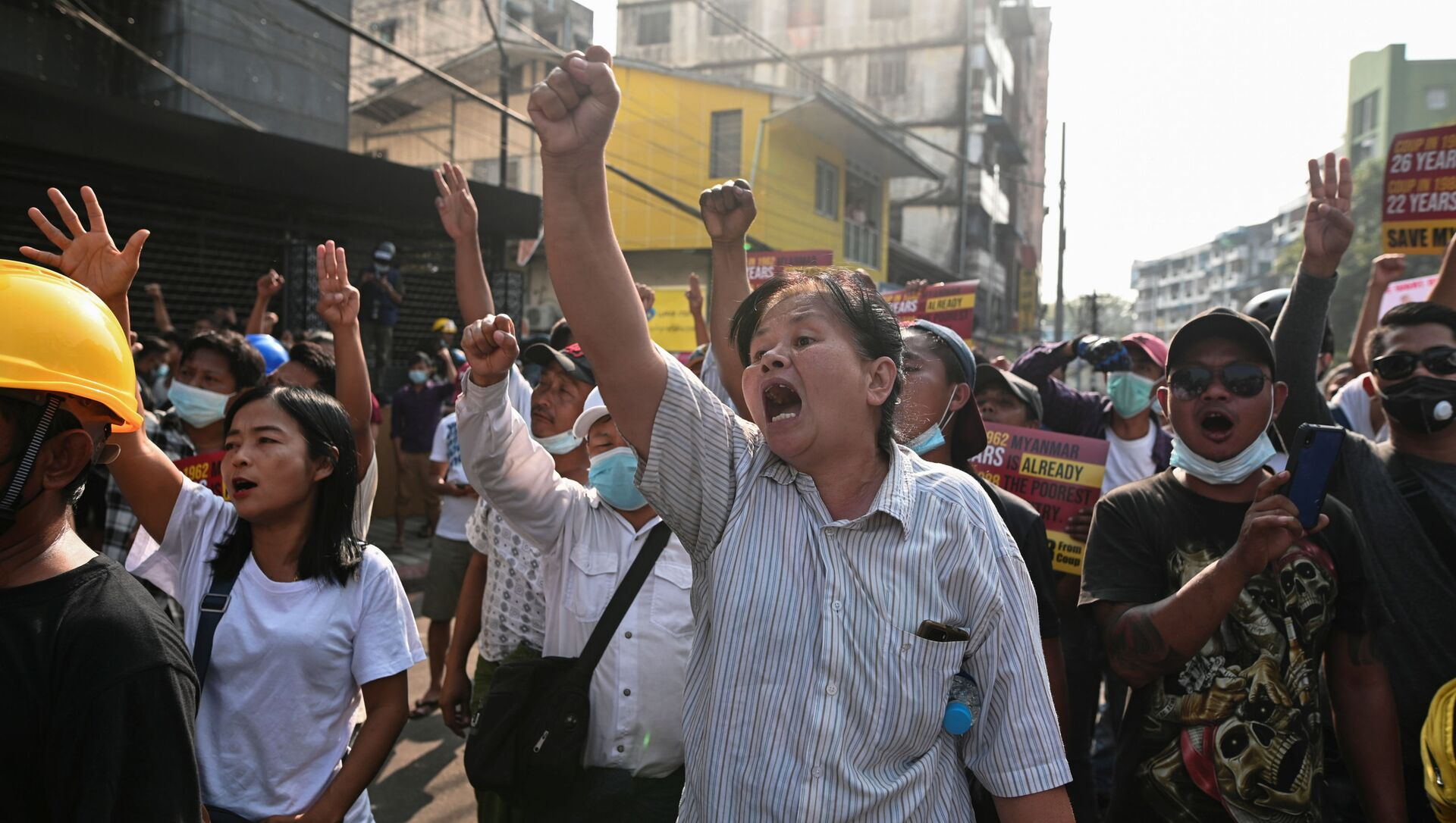 Người biểu tình chống lại cuộc đảo chính quân sự ở Yangon, thành phố lớn nhất Myanmar. - Sputnik Việt Nam, 1920, 04.03.2021