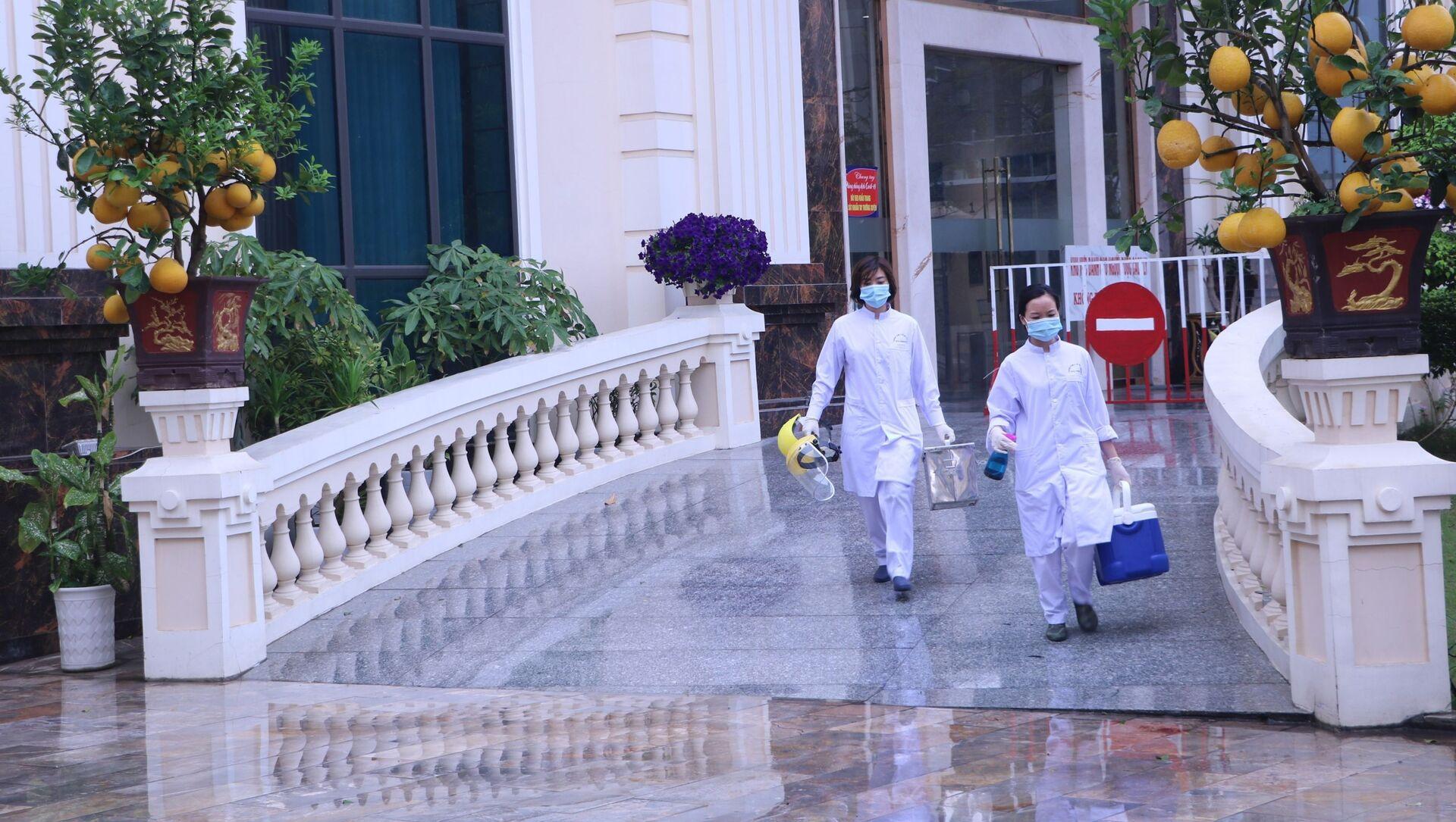 Cán bộ Trung tâm Y tế dự phòng Hải Phòng tiếp tục đến các điểm cách ly y tế lấy mẫu xét nghiệm cho các chuyên gia - Sputnik Việt Nam, 1920, 20.04.2021