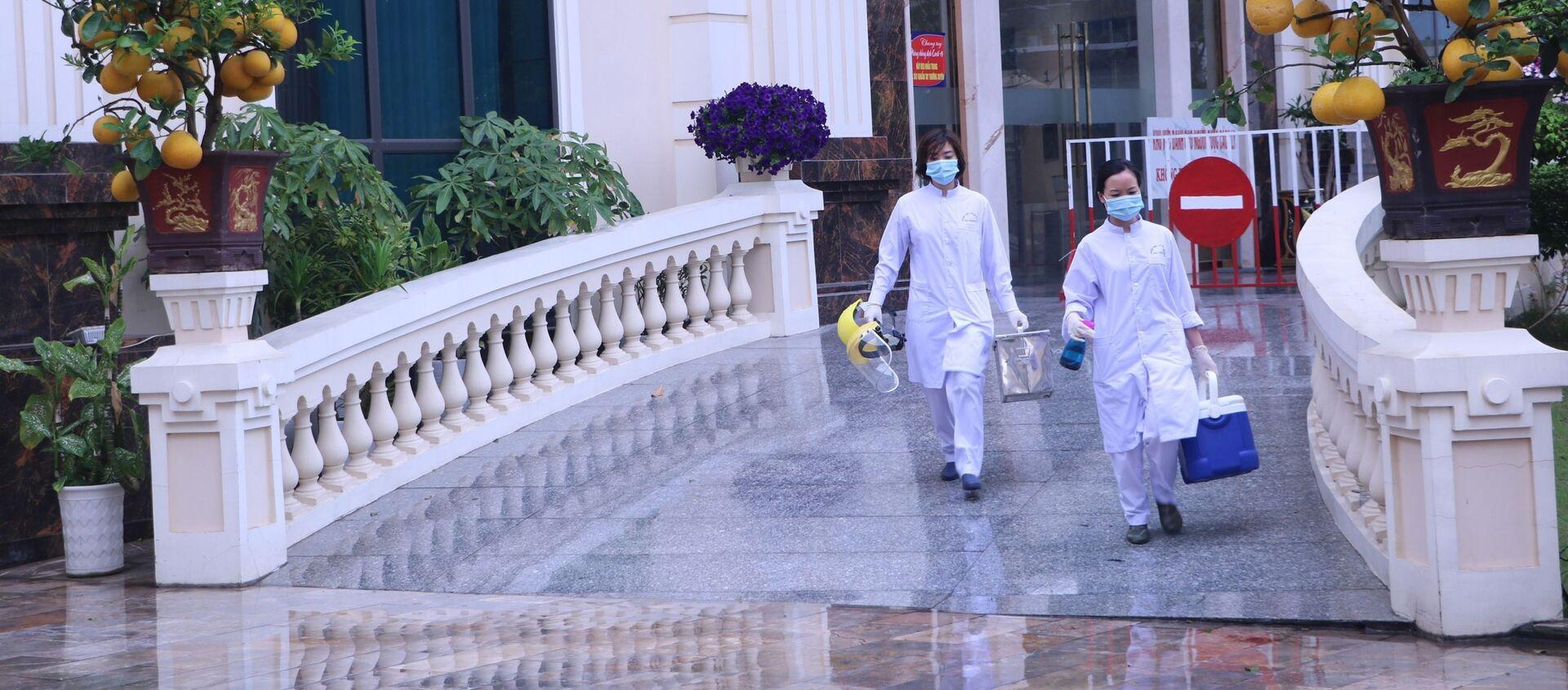 Cán bộ Trung tâm Y tế dự phòng Hải Phòng tiếp tục đến các điểm cách ly y tế lấy mẫu xét nghiệm cho các chuyên gia - Sputnik Việt Nam, 1920, 14.04.2021