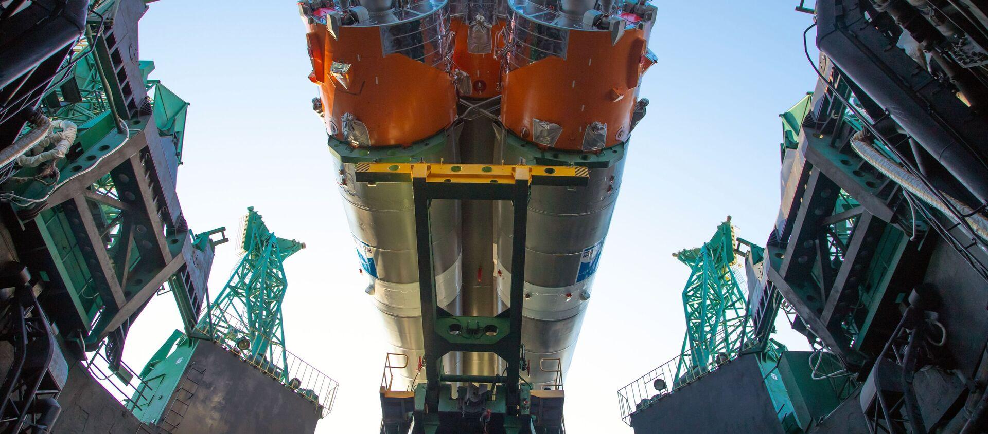 Di chuyển đến bãi phóng và chuẩn bị cho việc phóng tên lửa tàu sân bay Soyuz-2.1b với tầng trên Fregat và tàu vũ trụ Arktika-M đầu tiên - Sputnik Việt Nam, 1920, 28.02.2021