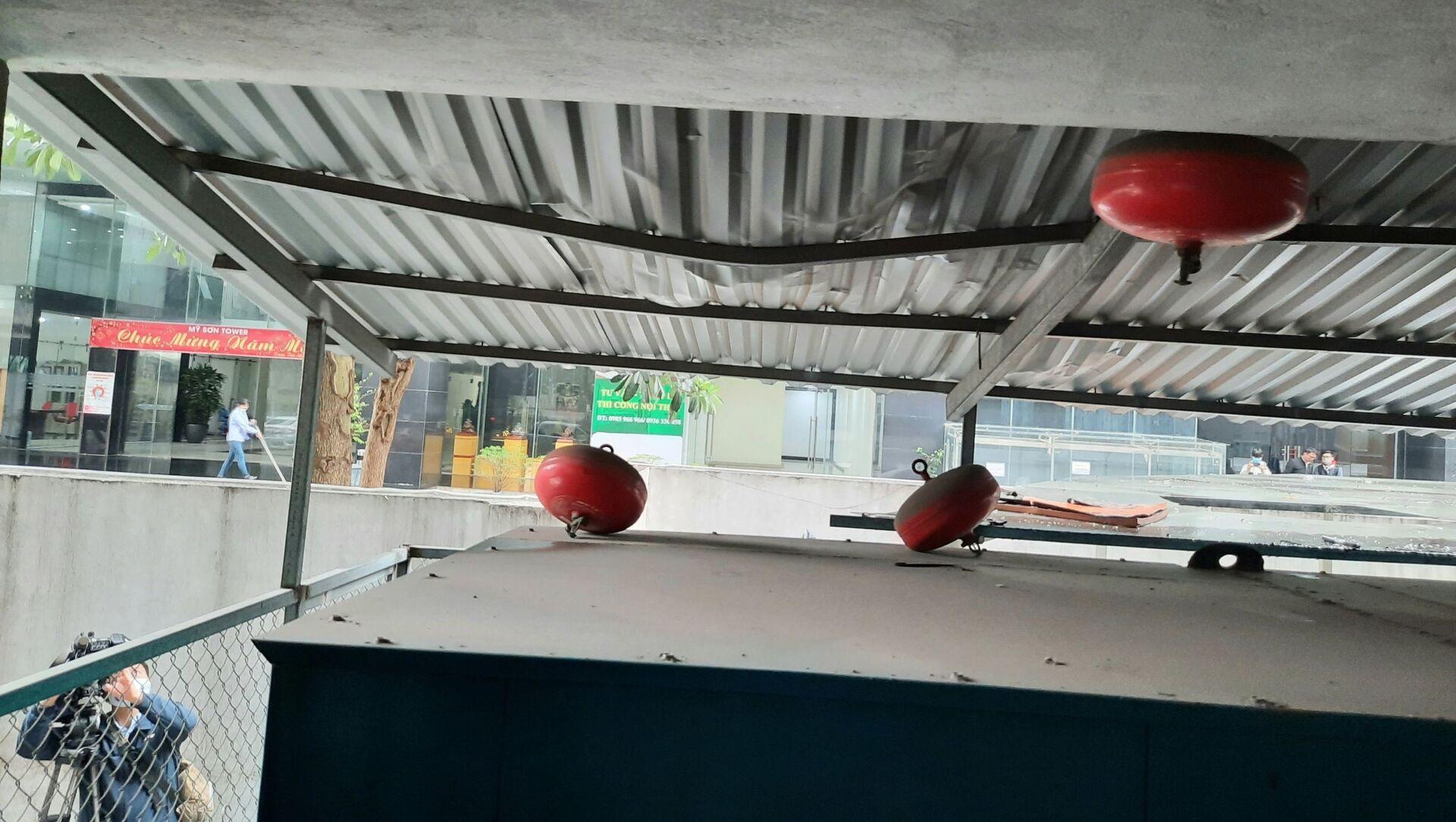 Hiện trường nơi xảy ra vụ bé gái 3 tuổi rơi từ tầng 12A tòa nhà 60B Nguyễn Huy Tưởng. - Sputnik Việt Nam, 1920, 02.03.2021