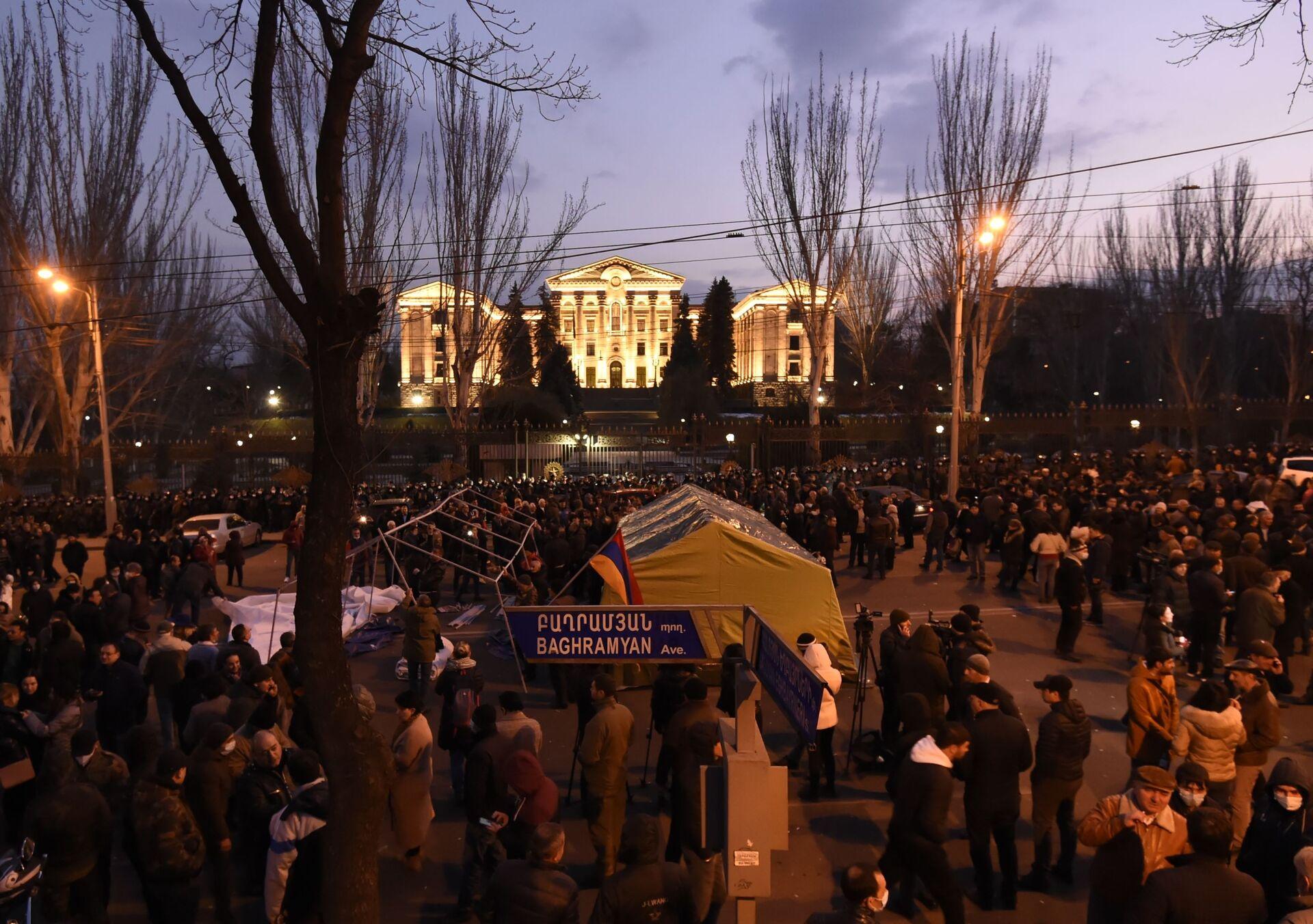 Phe phản đối Thủ tướng Armenia Pashinyan xông vào tòa nhà chính phủ - Sputnik Việt Nam, 1920, 01.03.2021