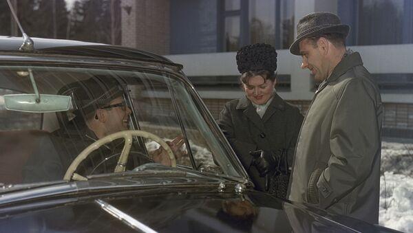 Phi công-phi hành gia Liên Xô, Anh hùng Liên Xô Vladimir Komarov cùng vợ Valentina và Phi công-phi hành gia Liên Xô Yuri Gagarin (sau vô lăng xe) - Sputnik Việt Nam