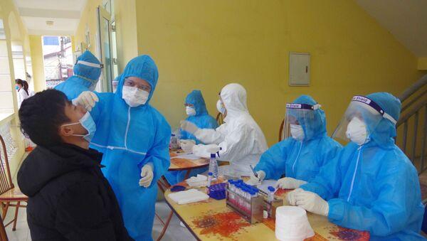 Tỉnh Hưng Yên tổ chức lấy mẫu xét nghiệm tầm soát Covid-19 cho 270 thanh niên trước khi lên đường nhập ngũ. - Sputnik Việt Nam