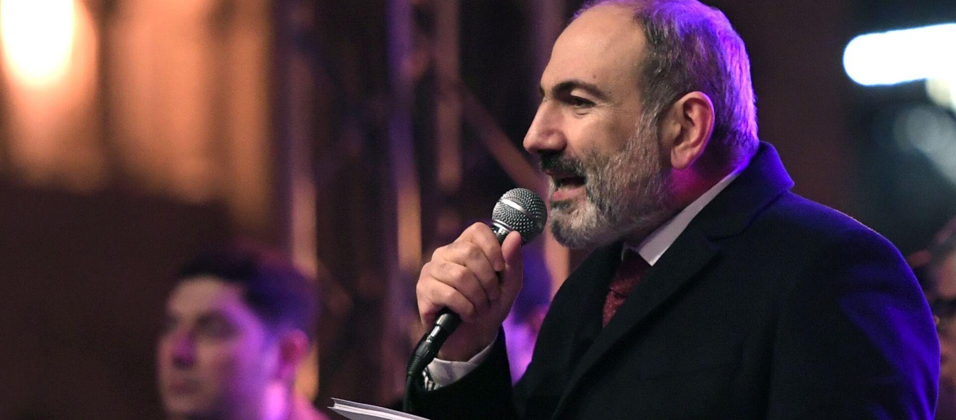 Thủ tướng Armenia Nikol Pashinyan phát biểu trong cuộc mít tinh của những người ủng hộ ông - Sputnik Việt Nam, 1920, 02.03.2021