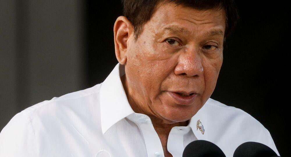 Tổng thống Philippines Rodrigo Duterte phát biểu trong buổi lễ đưa vắc xin COVID-19 đầu tiên đến đất nước, tại Căn cứ Không quân Villamor ở Pasay, Metro Manila, Philippines, ngày 28 tháng 2 năm 2021