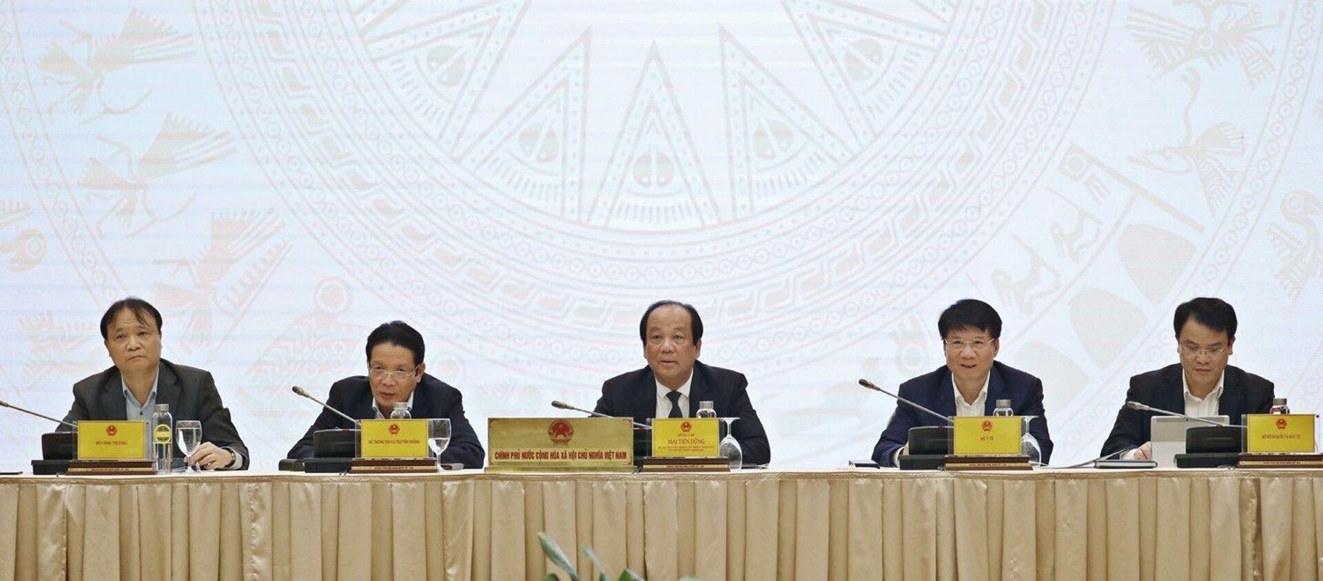 Bộ trưởng, Chủ nhiệm, Người Phát ngôn Chính phủ Mai Tiến Dũng (ngồi giữa) chủ trì Họp báo Chính phủ thường kỳ tháng 2 năm 2021. - Sputnik Việt Nam, 1920, 02.03.2021