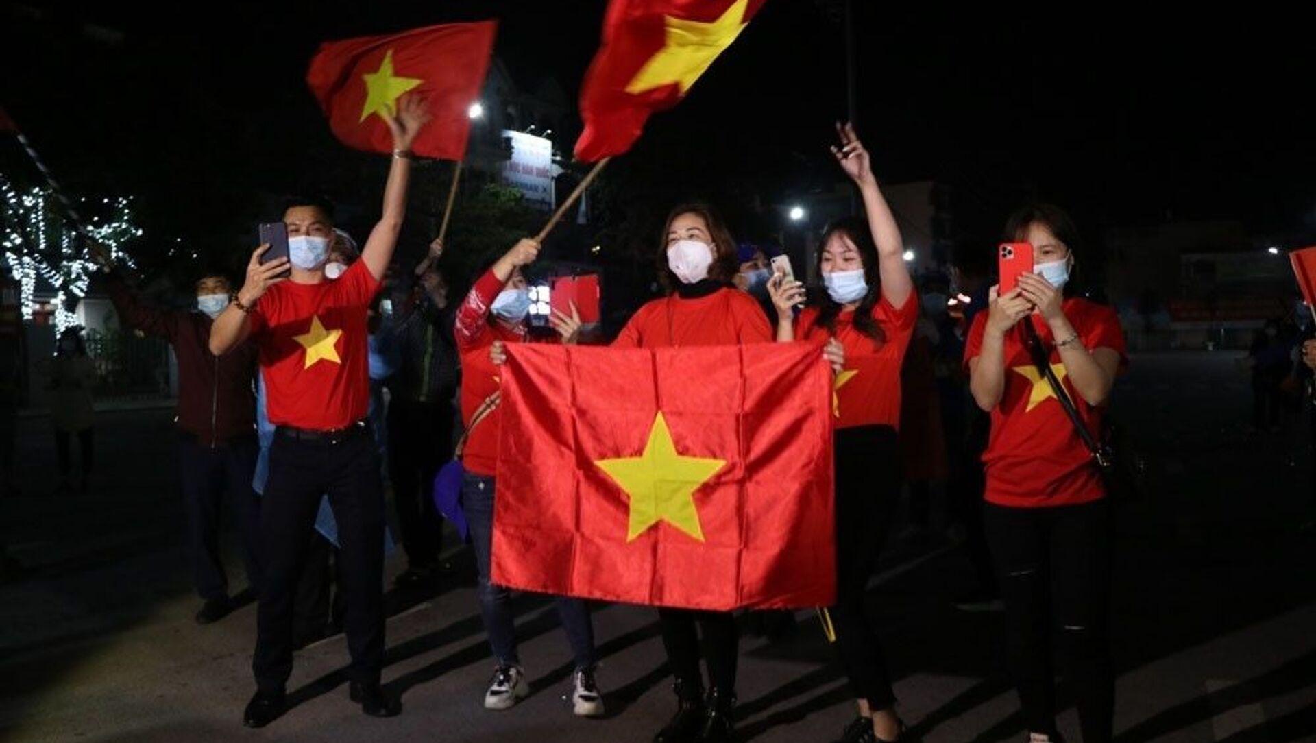 Khi chốt kiểm soát dịch COVID-19 tại quảng trường Sao Đỏ được gỡ bỏ, người dân Chí Linh mừng rỡ reo hò. - Sputnik Việt Nam, 1920, 03.03.2021