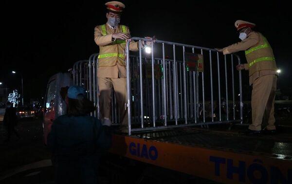 Lực lượng chức năng tháo gỡ rào chắn tại vị trí chốt kiểm soát dịch COVID-19 ở quảng trường Sao Đỏ. - Sputnik Việt Nam