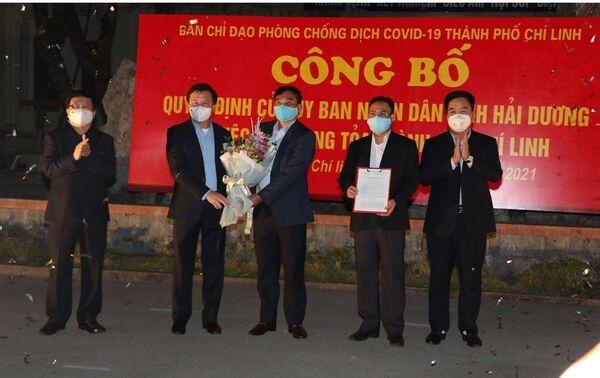 Lãnh đạo tỉnh Hải Dương trao quyết định của Ủy ban Nhân dân tỉnh về gỡ bỏ phong tỏa thành phố Chí Linh. - Sputnik Việt Nam