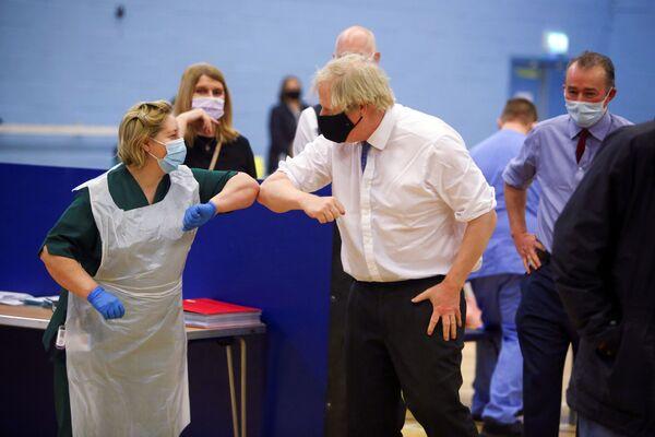 Thủ tướng Anh Boris Johnson chụp ảnh với nữ y tá trong chuyến thăm Trung tâm tiêm chủng chống coronavirus ở Cumbran - Sputnik Việt Nam