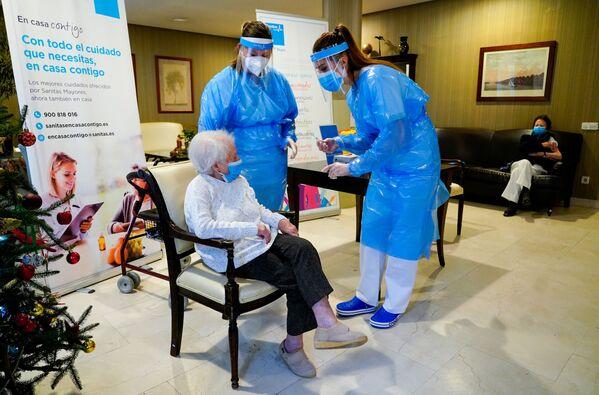 Các nữ nhân viên viện dưỡng lão với bệnh nhân trước khi tiêm chủng ở Madrid, Tây Ban Nha - Sputnik Việt Nam
