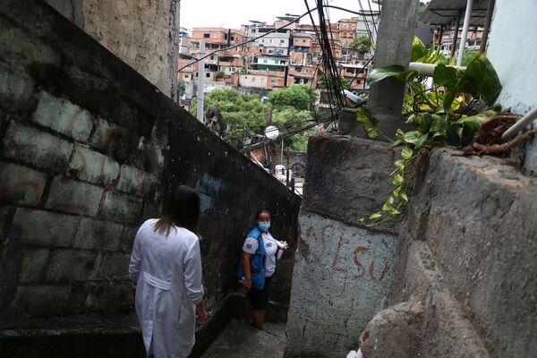 Nữ nhân viên y tế tiêm vắc xin chống coronavirus ở khu ổ chuột ở Rio de Janeiro, Brazil - Sputnik Việt Nam
