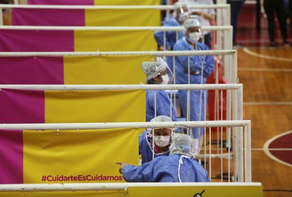 Các nữ nhân viên y tế trong khi tiêm vắc xin Sputnik V của Nga tại sân vận động River Plate ở Buenos Aires, Argentina - Sputnik Việt Nam