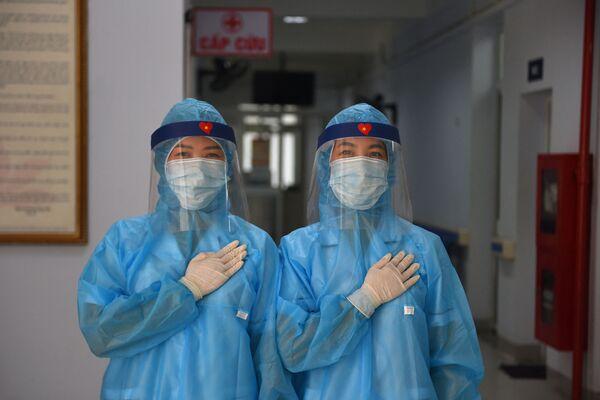 Các nữ nhân viên y tế mặc quần áo bảo hộ tại trung tâm xét nghiệm coronavirus dã chiến ở Hà Nội, Việt Nam - Sputnik Việt Nam