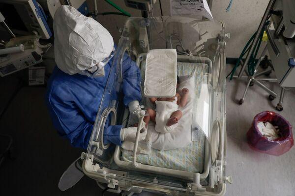 Nữ y tá với trẻ sơ sinh nhiễm coronavirus tại bệnh viện phụ sản ở Toluca, Mexico - Sputnik Việt Nam