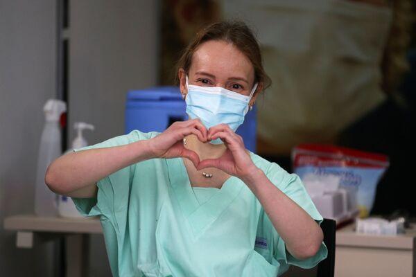 Nữ bác sĩ cấp cứu trước khi tiêm chủng tại Bệnh viện Colombia ở Bogota, Colombia - Sputnik Việt Nam