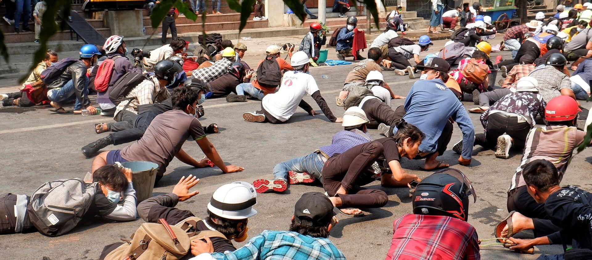 Người biểu tình nằm trên mặt đất vì cảnh sát nổ súng trong cuộc biểu tình ở Mandalay, Myanmar. - Sputnik Việt Nam, 1920, 03.03.2021