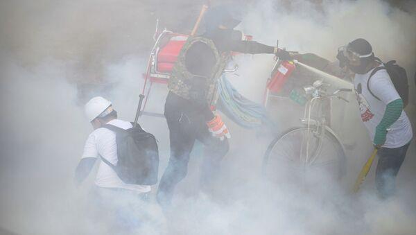 Người biểu tình với lá chắn ở Yangon, Myanmar. - Sputnik Việt Nam