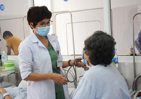Bác sĩ Nguyễn Thị Anh Thư, công tác Trung tâm ung bướu, kiêm Phó phòng Kế hoạch tổng hợp, Bệnh viện C Đà Nẵng chăm sóc bệnh nhân - Sputnik Việt Nam