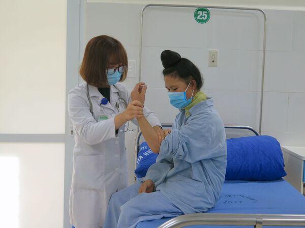 Bác sĩ tại Khoa nội I, Bệnh viện Đa khoa tỉnh Sơn La thăm khám cho bệnh nhân - Sputnik Việt Nam