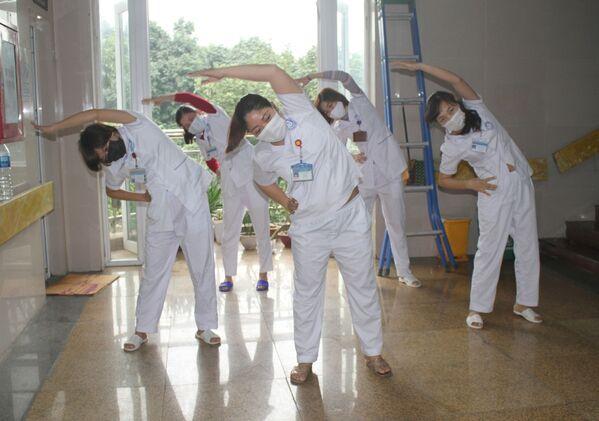 Các cán bộ, nhân viên y tế Khu cách ly đặc biệt thuộc Khoa Truyền nhiễm, Bệnh viện Đa khoa tỉnh Ninh Bình luyện tập thể dục vào giờ nghỉ - Sputnik Việt Nam