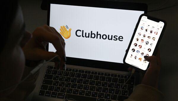 Ứng dụng Clubhouse trên màn hình điện thoại thông minh dựa trên nền của màn hình máy tính xách tay. - Sputnik Việt Nam